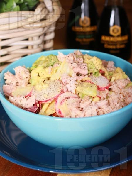 Лесна салата с айсберг, риба тон, авокадо, репички и дресинг - снимка на рецептата
